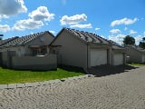 Photo 3 Bedroom Townhouse in Die Heuwel