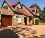 Photo 4 bedroom House For Sale in Zwartkop for R 2...